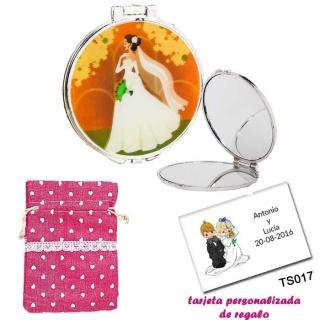 Espejo con una elegante novia con velo, con bolsa de saco rosa estampada y tarjeta personalizada