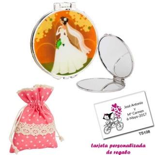Espejo con una elegante novia con velo, con bolsa de lunares de color rosa, y tarjeta personalizada