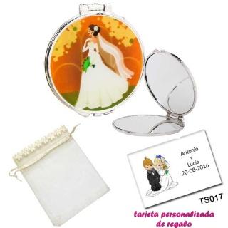 Espejo con una elegante novia con velo, con bolsa de organza con flores en el filo de color beige, y tarjeta personalizada