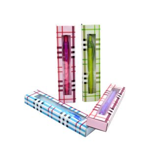 Bolígrafos surtidos de colores en aja con cuadros burberries