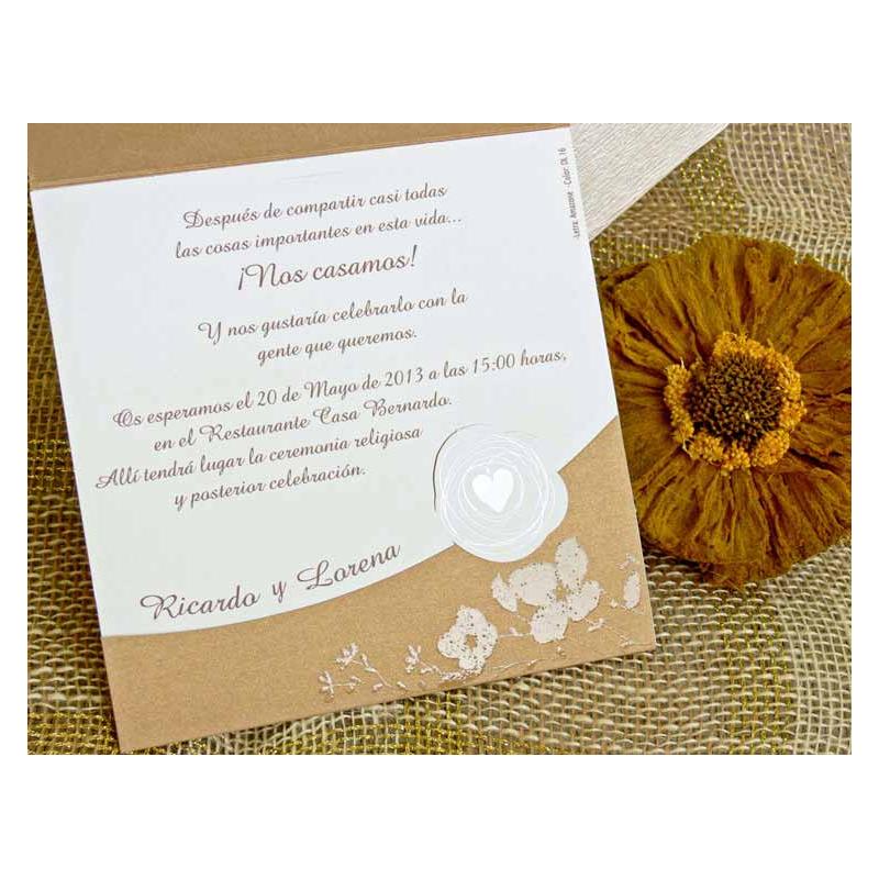 Invitaci n de boda original con sobre color tierra flores - Invitacion de boda original ...